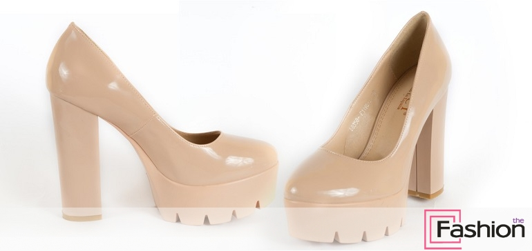 e0775c1b7 В противовес моде на изящные шпильки и остроносые туфли уверенно набирает  популярность новый тренд. Его основное кредо – удобство. Причем комфорт в  этот раз ...